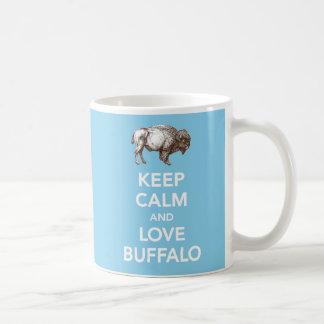 Guarde la calma y ame la taza del azul del búfalo