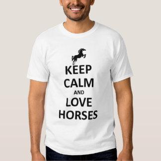 Guarde la calma y ame los caballos camiseta