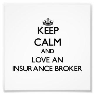 Guarde la calma y ame un corredor de seguros