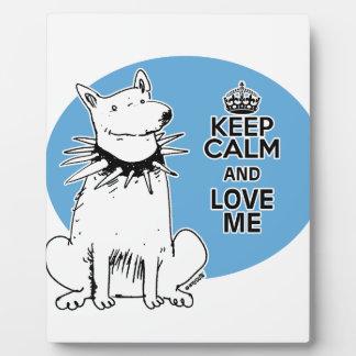 guarde la calma y ámeme perro del blanco del placa expositora