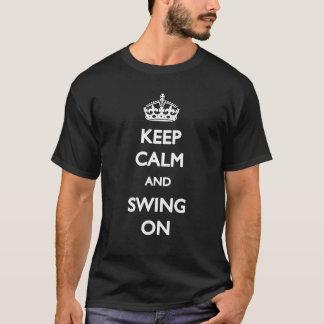Guarde la calma y balancee en la camiseta