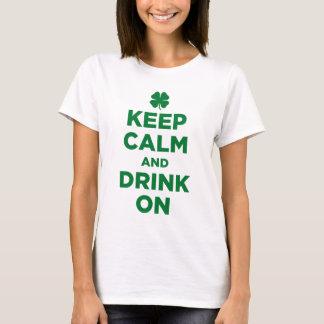Guarde la calma y beba en la camiseta del trébol