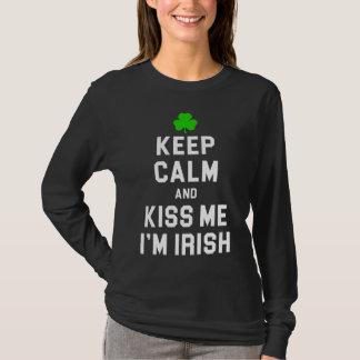 Guarde la calma y béseme que soy irlandés camiseta