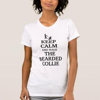 Guarde la calma y camine el collie barbudo camisetas