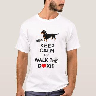 ¡Guarde la calma y camine el Doxie!  Dachshund Camiseta