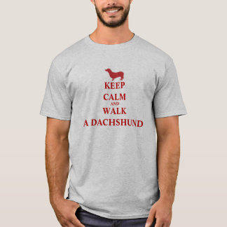 Guarde la calma y camine una camiseta para hombre