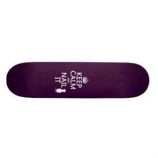 Guarde la calma y clávela (el esmalte de uñas) tabla de skate