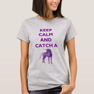 Guarde la calma y coja una camiseta púrpura del