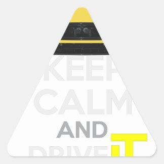 Guarde la calma y condúzcala - bacalao. pegatina triangular