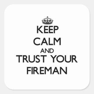 Guarde la calma y confíe en a su bombero calcomania cuadradas personalizadas