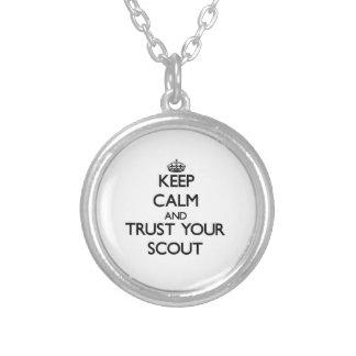 Guarde la calma y confíe en a su explorador pendiente personalizado