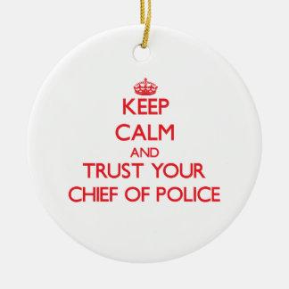 Guarde la calma y confíe en a su jefe de policía adorno navideño redondo de cerámica