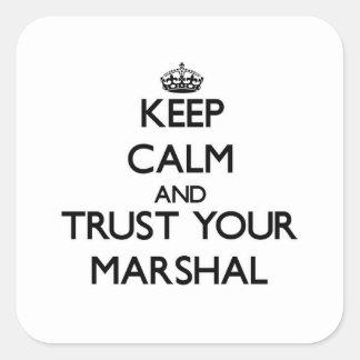 Guarde la calma y confíe en a su mariscal pegatina cuadrada