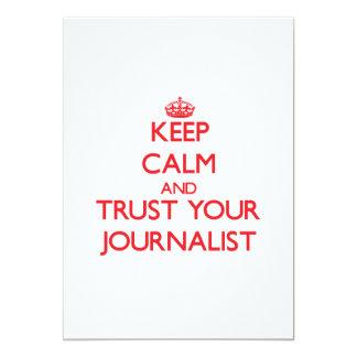Guarde la calma y confíe en a su periodista invitación 12,7 x 17,8 cm