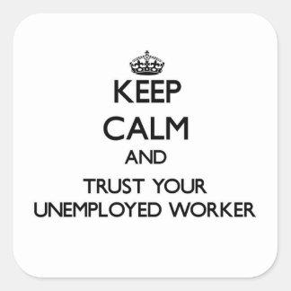 Guarde la calma y confíe en a su trabajador parado pegatinas cuadradas personalizadas