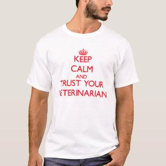 Guarde la calma y confíe en a su veterinario camiseta