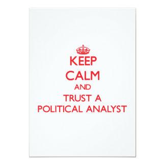 Guarde la calma y confíe en a un analista político invitación 12,7 x 17,8 cm