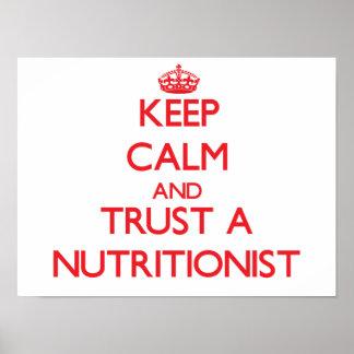 Guarde la calma y confíe en a un nutricionista póster