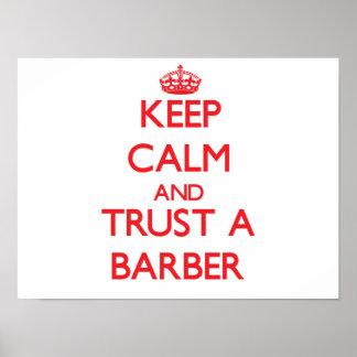 Guarde la calma y confíe en a un peluquero póster