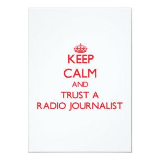 Guarde la calma y confíe en a un periodista de invitacion personalizada