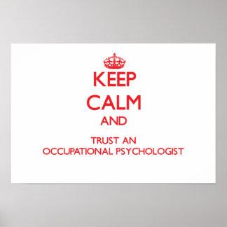 Guarde la calma y confíe en a un psicólogo póster