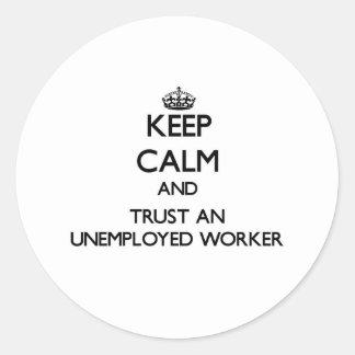 Guarde la calma y confíe en a un trabajador parado etiquetas redondas