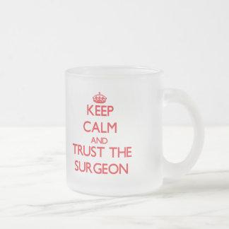 Guarde la calma y confíe en al cirujano taza