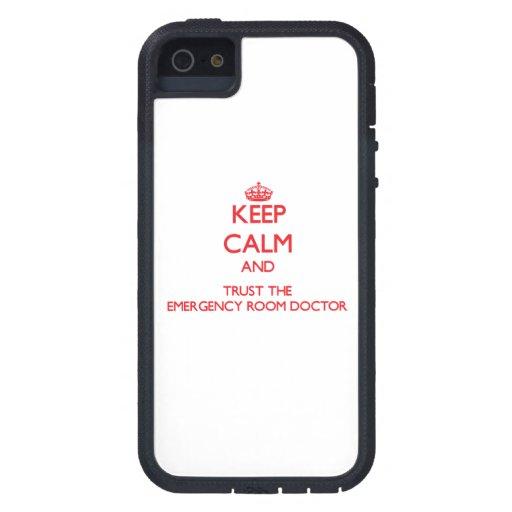 Guarde la calma y confíe en al doctor de la sala d iPhone 5 carcasas