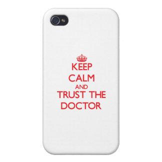 Guarde la calma y confíe en al doctor iPhone 4 protector