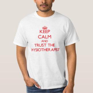 Guarde la calma y confíe en al fisioterapeuta camisetas