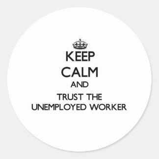 Guarde la calma y confíe en al trabajador parado pegatina redonda