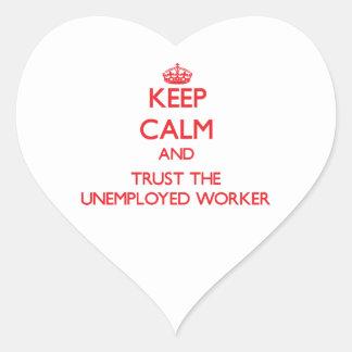 Guarde la calma y confíe en al trabajador parado calcomanía de corazón personalizadas