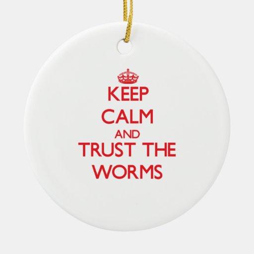 Guarde la calma y confíe en los gusanos ornamento de navidad