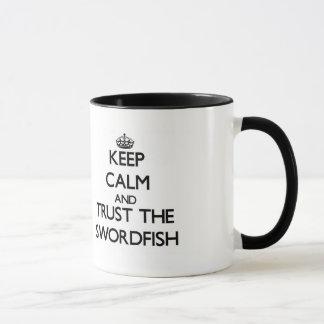 Guarde la calma y confíe en los peces espadas taza