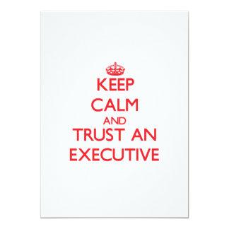 Guarde la calma y confíe en un ejecutivo invitación 12,7 x 17,8 cm