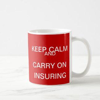 Guarde la calma y continúe el asegurar - cita del taza de café