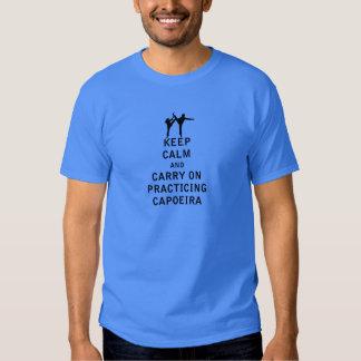 Guarde la calma y continúe el practicar de camisetas