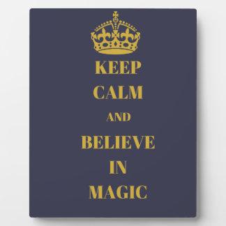 Guarde la calma y crea en magia placa expositora