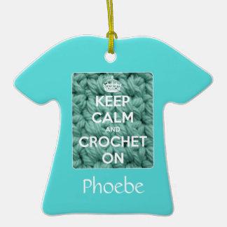 Guarde la calma y Crochet en azul Adorno De Cerámica En Forma De Camiseta
