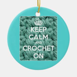 Guarde la calma y Crochet en azul Adorno Redondo De Cerámica