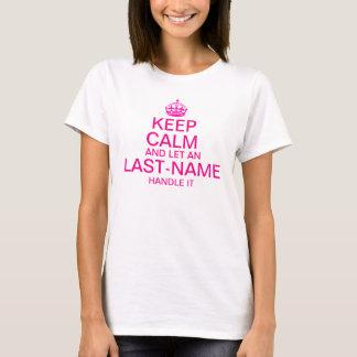"""Guarde la calma y deje una manija del """"apellido"""" camiseta"""