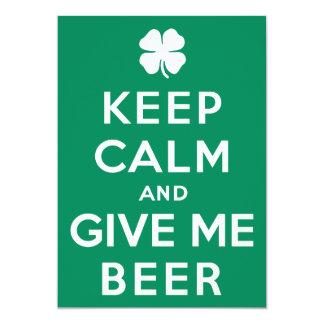 Guarde la calma y déme la cerveza invitación 12,7 x 17,8 cm