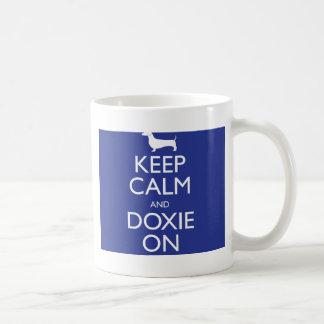 Guarde la calma y Doxie encendido Taza De Café