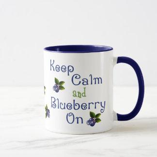 Guarde la calma y el arándano en la taza