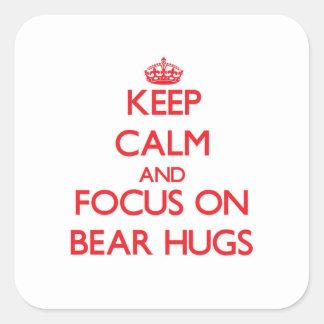 Guarde la calma y el foco en abrazos de oso pegatina cuadrada
