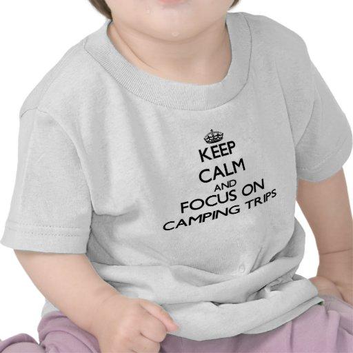 Guarde la calma y el foco en acampadas camiseta