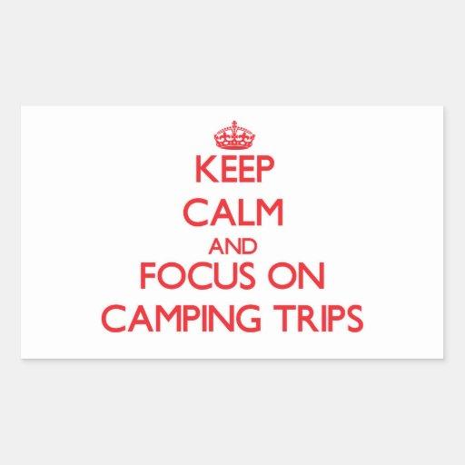 Guarde la calma y el foco en acampadas rectangular pegatina