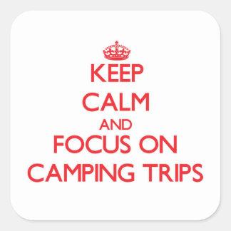 Guarde la calma y el foco en acampadas calcomanías cuadradases