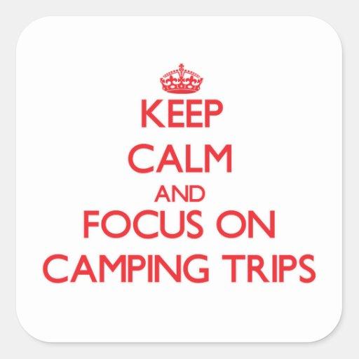 Guarde la calma y el foco en acampadas calcomanías cuadradass personalizadas