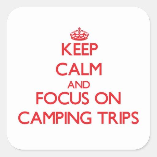 Guarde la calma y el foco en acampadas calcomanías cuadradas personalizadas